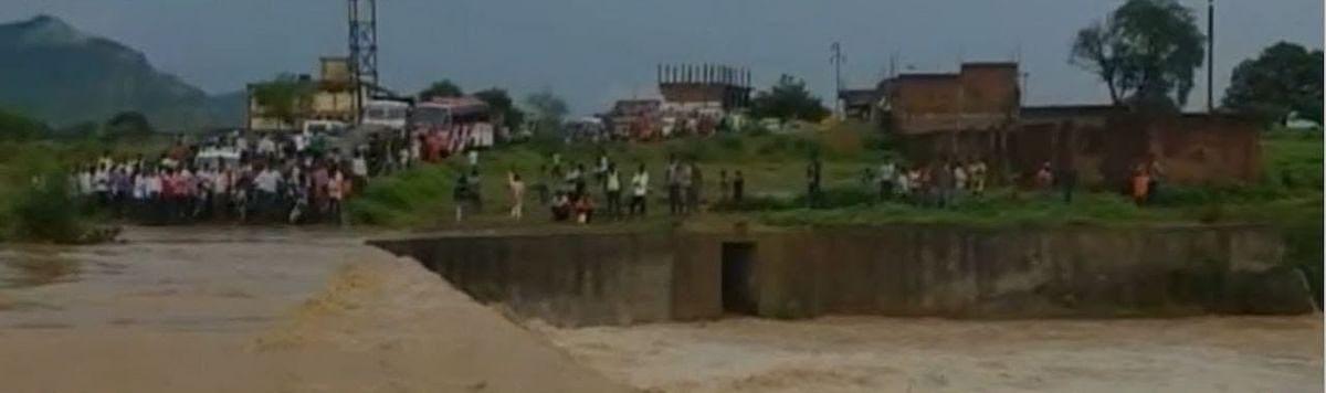 रिलायंस कोल माइन्स द्वारा डम्प ओबी का मलबा बहा गांव में, मची तबाही