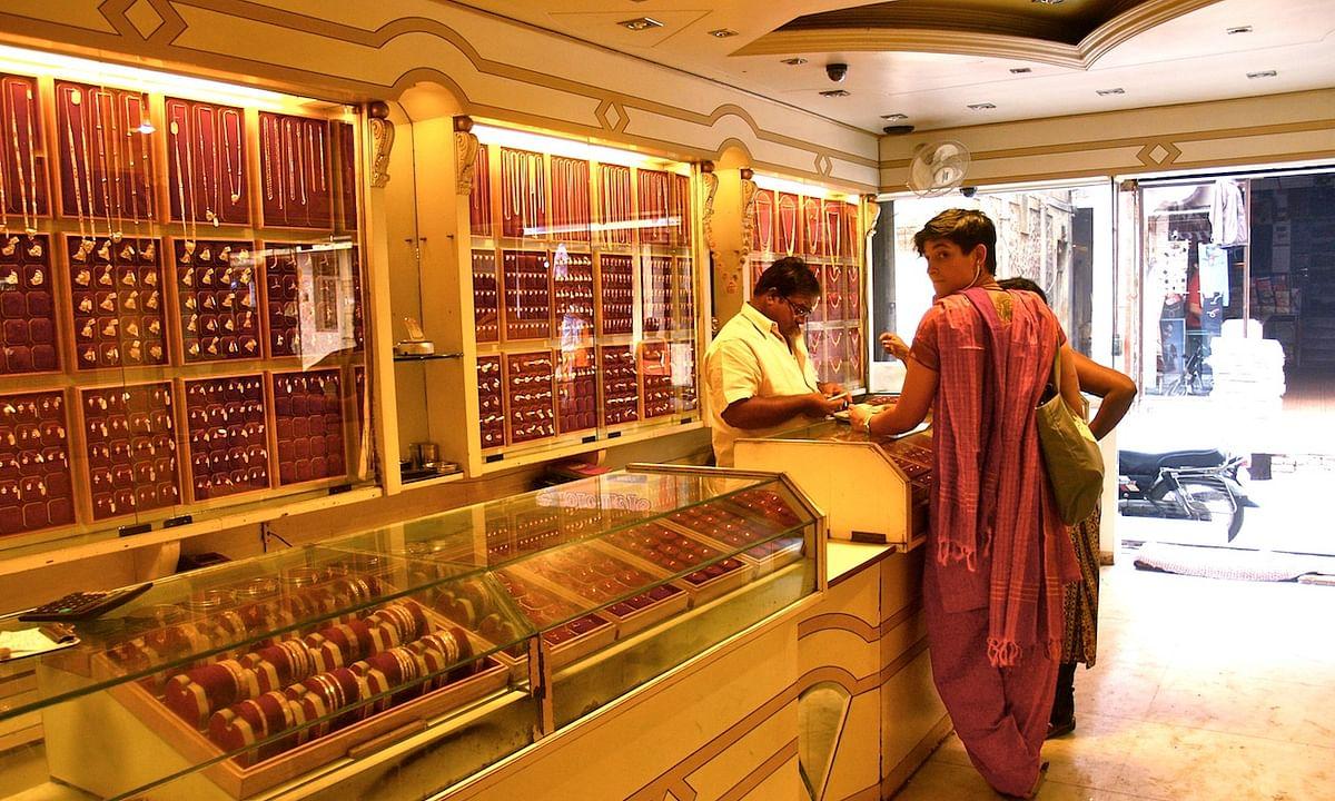 ग्वालियर: सोना खरीदने नहीं बेचने सराफा बाजार पहुंच रहे हैं लोग
