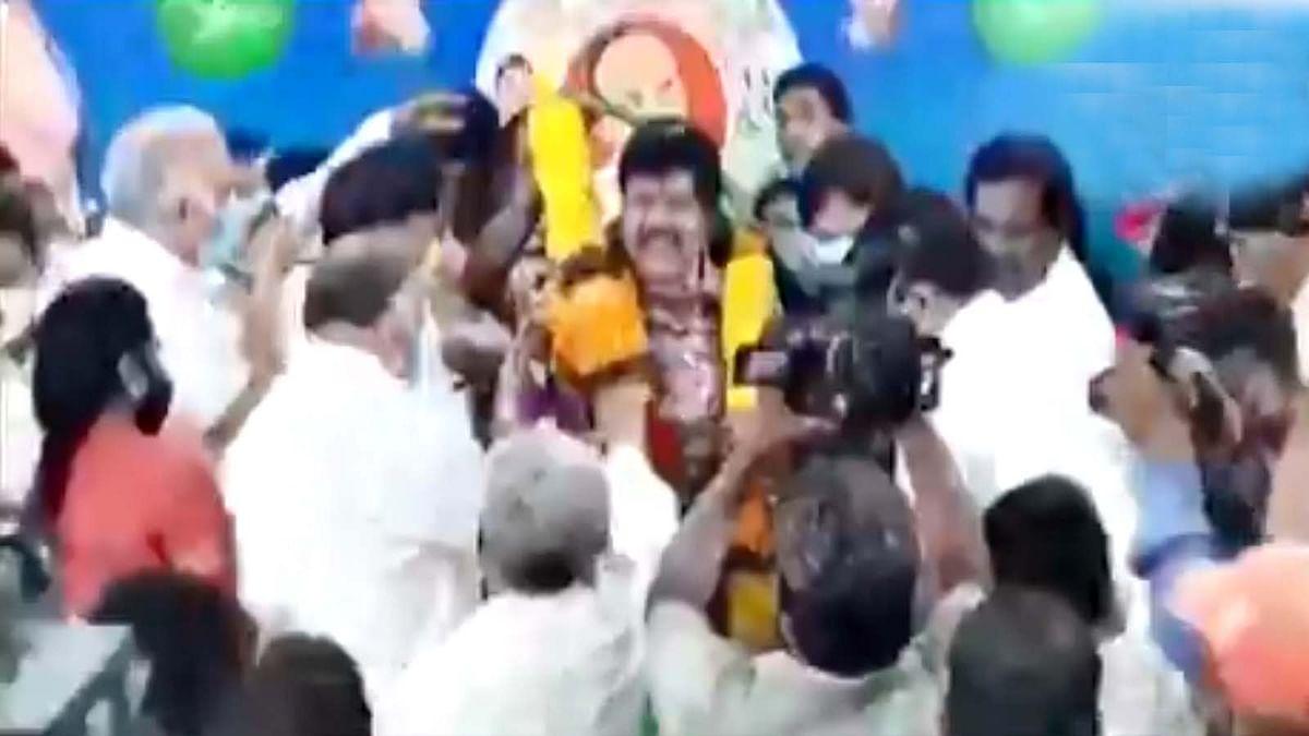आंध्र प्रदेश : मंत्री व सांसद खुशी के जश्न में भूले सोशल डिस्टेंसिंग