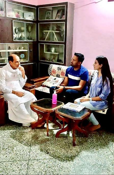 सुशांत सिंह के परिजनों से मिलने पहुंचे खेसारीलाल यादव-अक्षरा सिंह