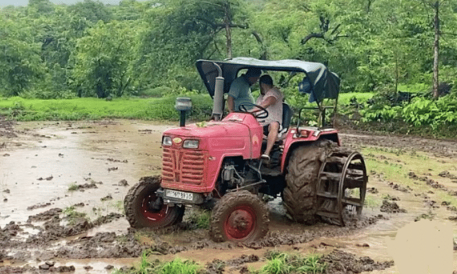 Viral Video: सलमान खान ने भारी बारिश में ट्रैक्टर से जोता खेत