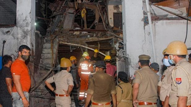 उत्तर प्रदेश: नोएडा में गिरी बहुमंजिला इमारत, 2 की मौत 3 गंभीर