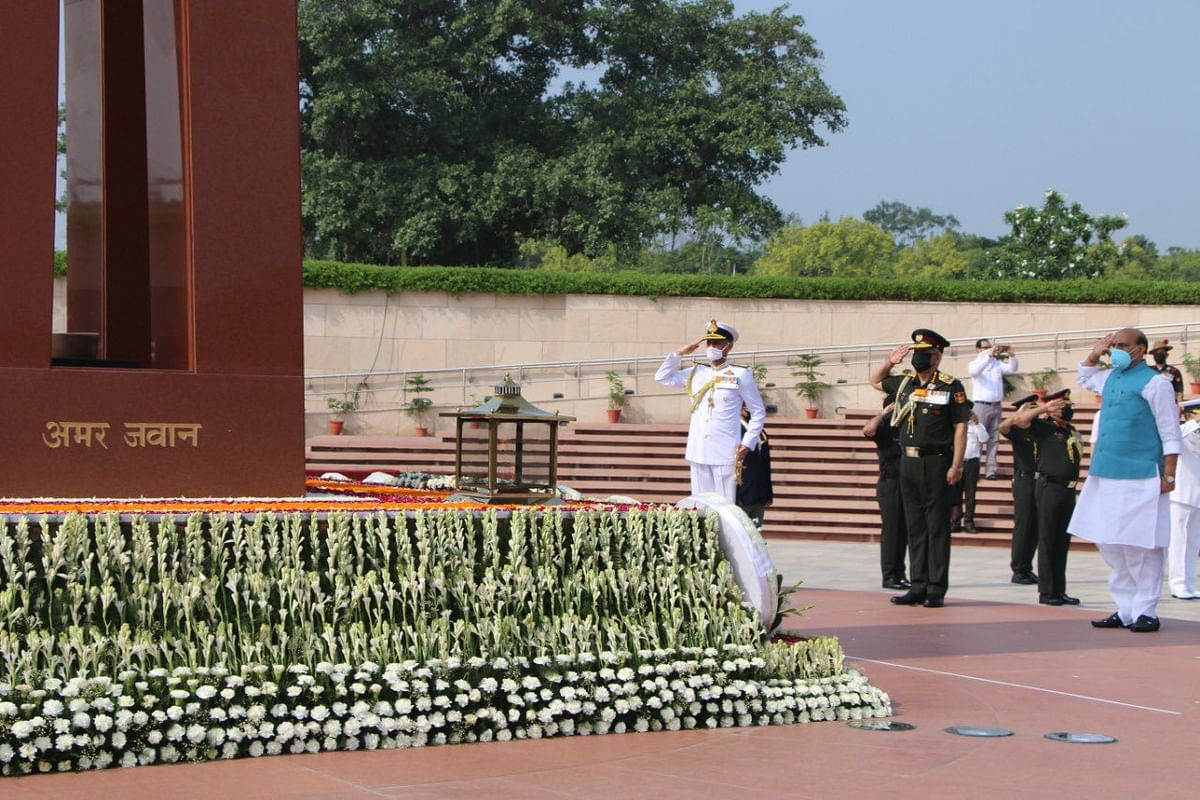 कारगिल विजय दिवस: शहीदों को श्रद्धांजलि देने वॉर मेमोरियल पहुंचे राजनाथ