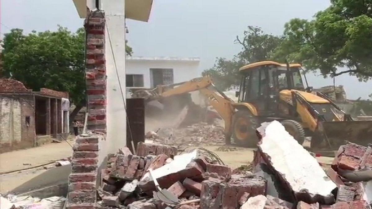 कानपुर प्रशासन का आरोपी गैंगस्टर दुबे के खिलाफ सख्त कदम-गिराया घर