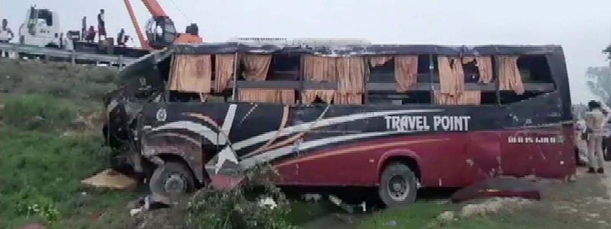 उत्तर प्रदेश सड़क हादसा-बिहार से दिल्ली जा रही बस कार से टकराकर पलटी
