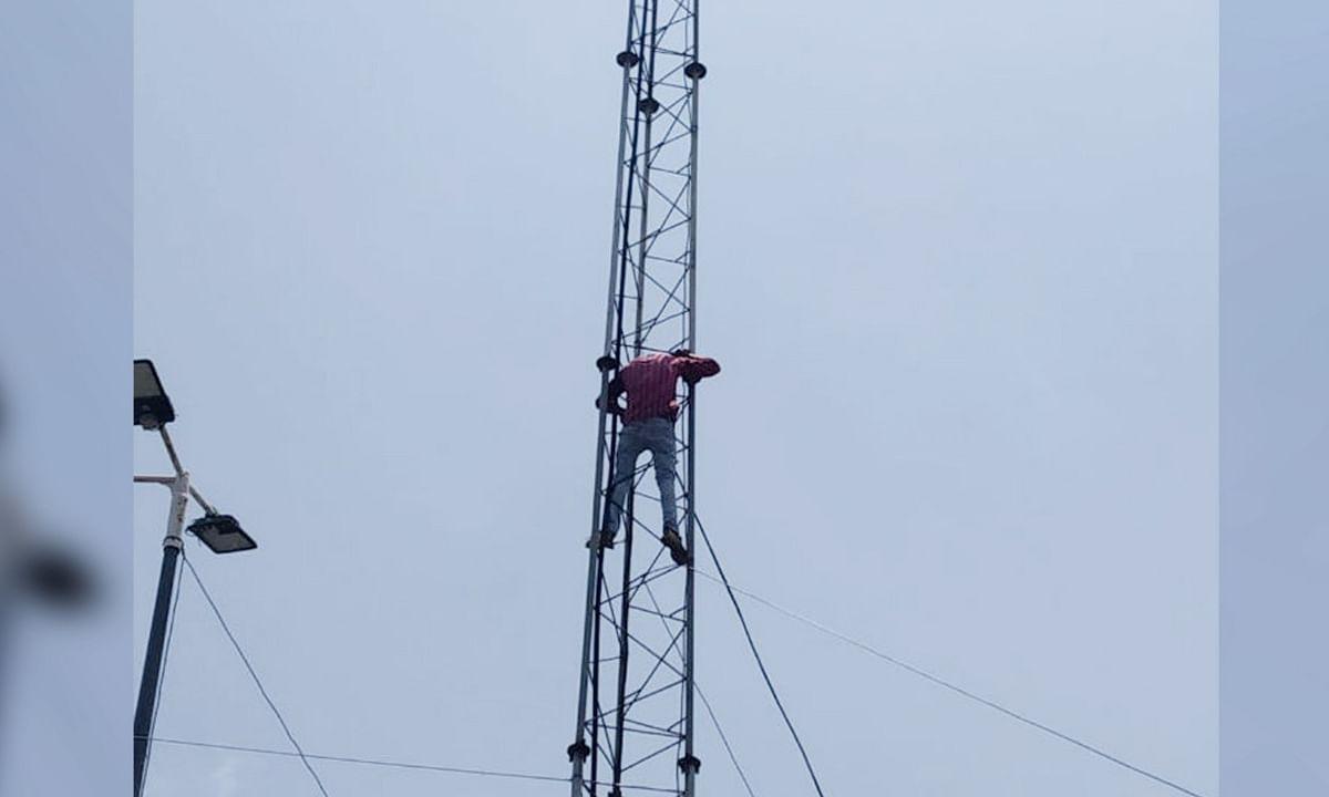 भोपाल: नगर निगम की कार्रवाई से नाराज़ व्यापारी, चढ़ा मोबाइल टावर पर