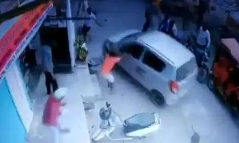 दिल्ली: पुलिस अधिकारी ने सरेआम महिला को कार से कुचला, वीडियो वायरल