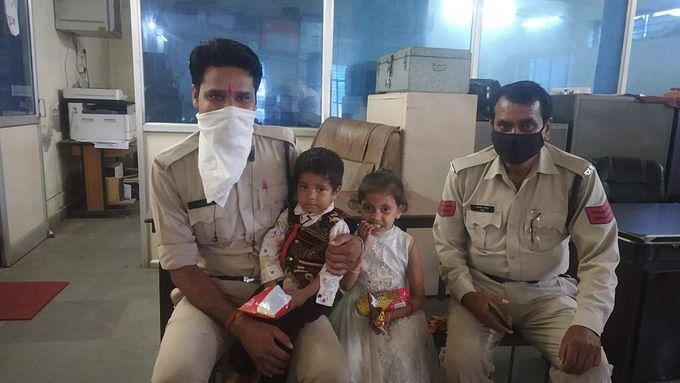 भोपाल: राह भटके भाई–बहन को पुलिस ने पब्लिक की मदद से परिजनों से मिलाया