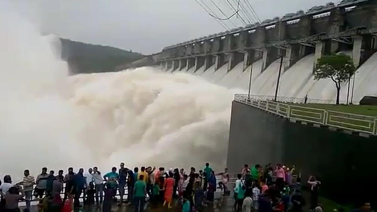 जबलपुर : बरगी बांध के 13 गेट खुले, बांध देखने पहुंच रहे नागरिक