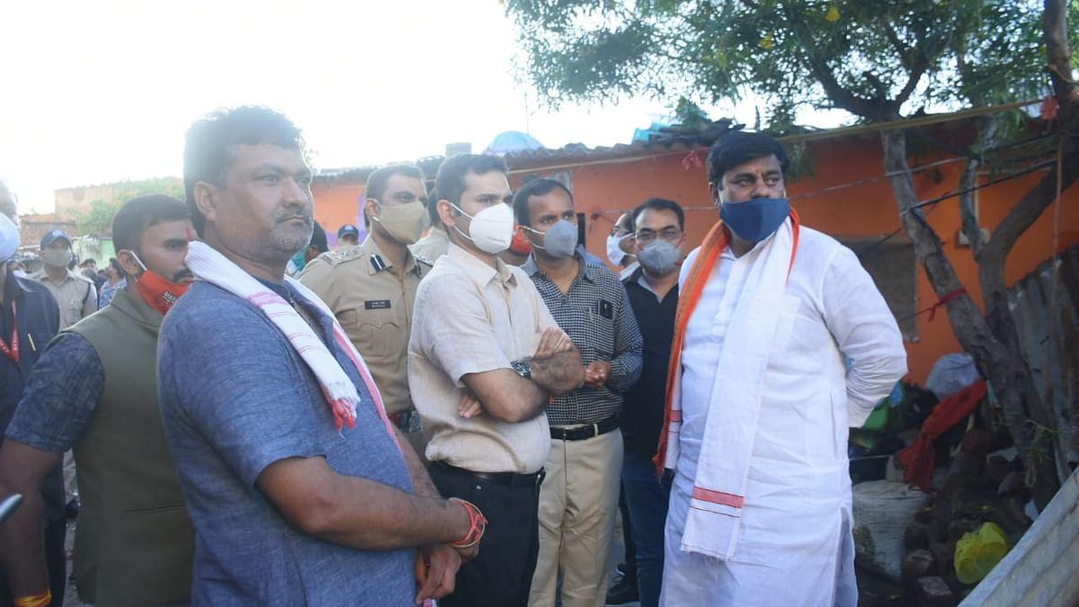 दामखेड़ा में घटनास्थल का जायजा लेने पहुँचे प्रोटेम स्पीकर शर्मा