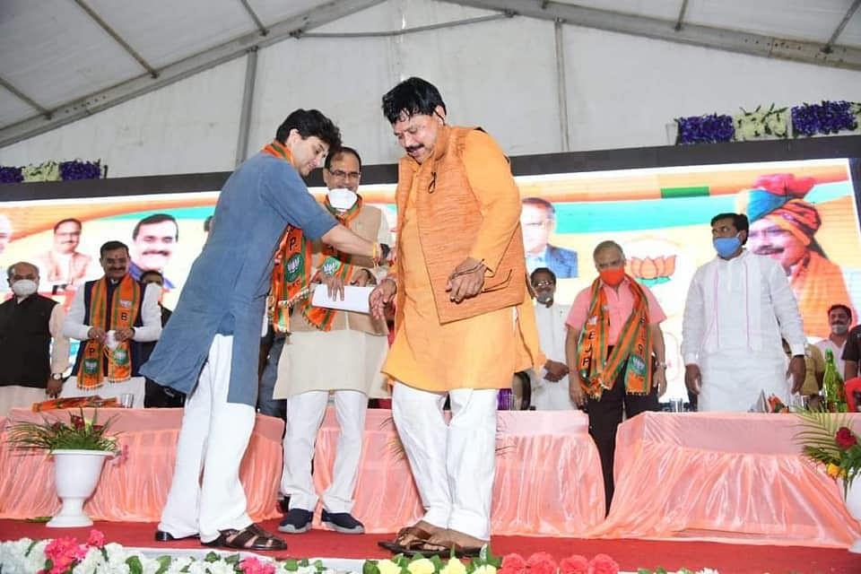 सिंधिया ने मंत्री प्रद्युम्न को पहनाई चप्पल