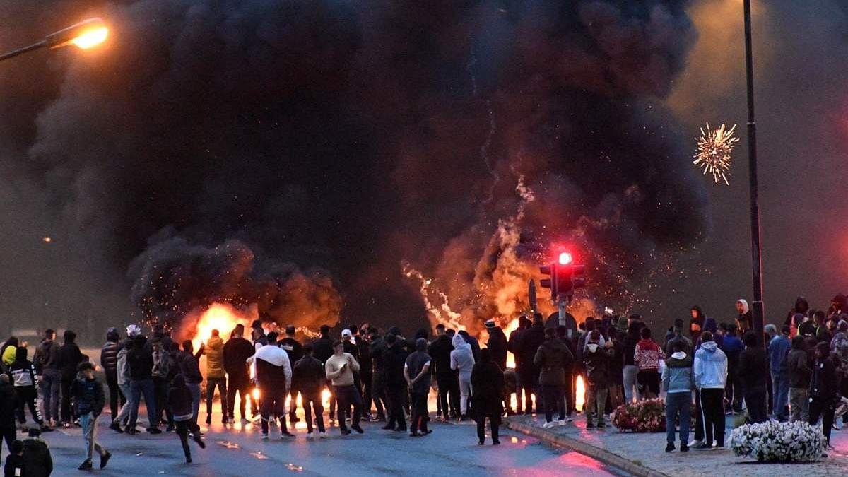 स्वीडन में भड़के दंगे-प्रदर्शनकारियों ने कारें की आग के हवाले