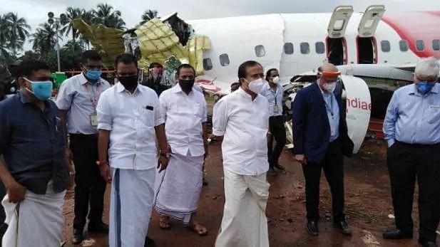 केरल विमान हादसे से दहला इलाका-आज स्थिति का जायजा लेने पहुंचे मुरलीधरन