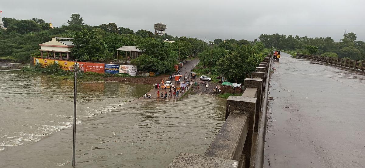 नदी पर नहीं कोई सुरक्षा के इंतज़ाम, लोग अपनी जान डाल रहें जोखिम में