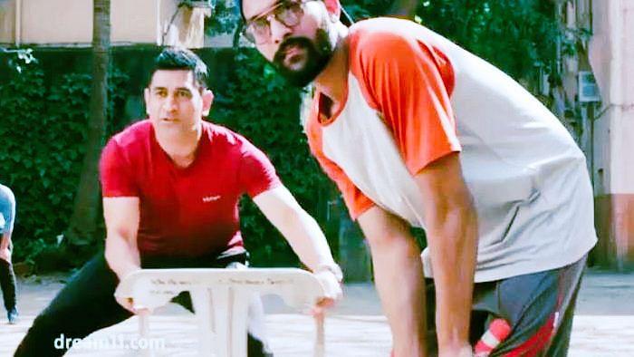 गली क्रिकेट में कैसा है भारतीय क्रिकेटर्स का अंदाज़, देखें वीडियो