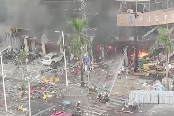 चीन के गुआंगडोंग प्रांत में एक होटल के पास बड़ा धमाका