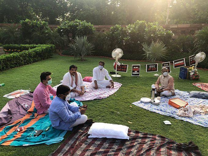 लोकतंत्र की खूबसूरती-निलंबित सांसदों को हरिवंश ने पिलाई चाय, PM ने की तारीफ