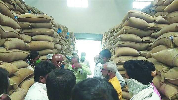 चावल की सैंपलिंग के लिए वेयर हाउस पहुंचा निरीक्षण दल