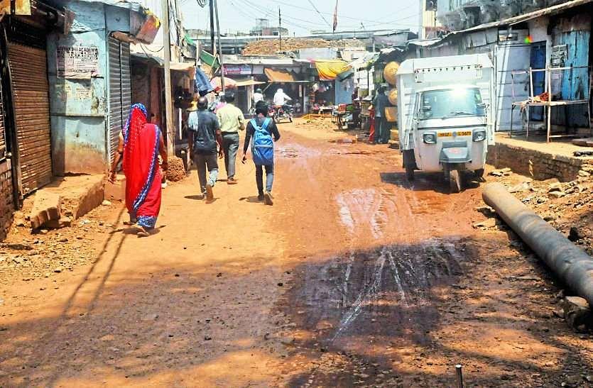 मंत्री के इलाकों में खुदी सड़कों से पनप रहा आक्रोश