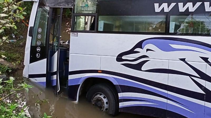 दमोह में अनियंत्रित होकर नाले में घुसी यात्री बस