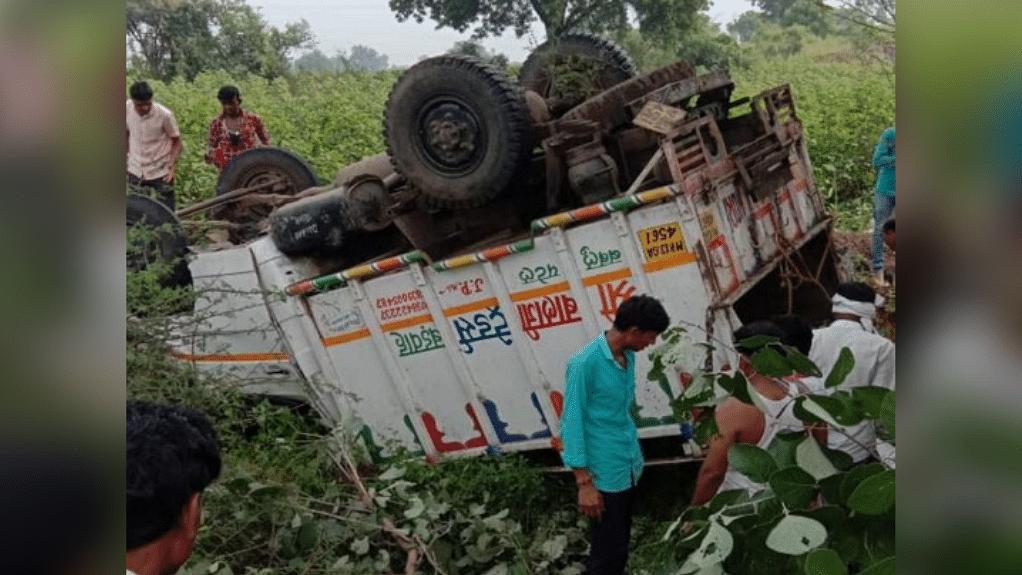 खंडवा : अनियंत्रित पिकअप पलटने से हुआ दर्दनाक हादसा, 2 की मौत समेत 30 घायल