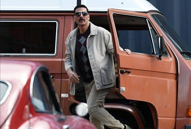 'बेल बॉटम' के सेट से वायरल हुआ अक्षय कुमार का रेट्रो लुक