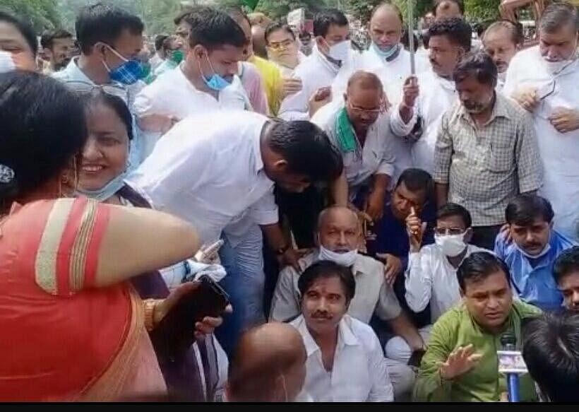 पूर्व मंत्री यादव के साथ धरने पर बैठे कांग्रेस कार्यकर्ता
