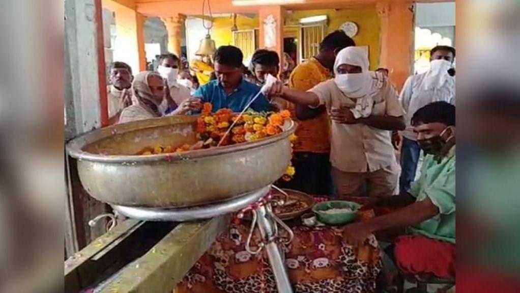 शिप्रा नदी के राम घाट पर उमड़ी भक्तों की भीड़