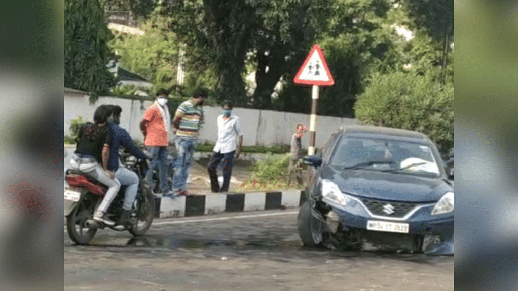 भोपाल: डिवाइडर से टकराई तेज रफ्तार कार, हादसे में एक गंभीर रूप से घायल