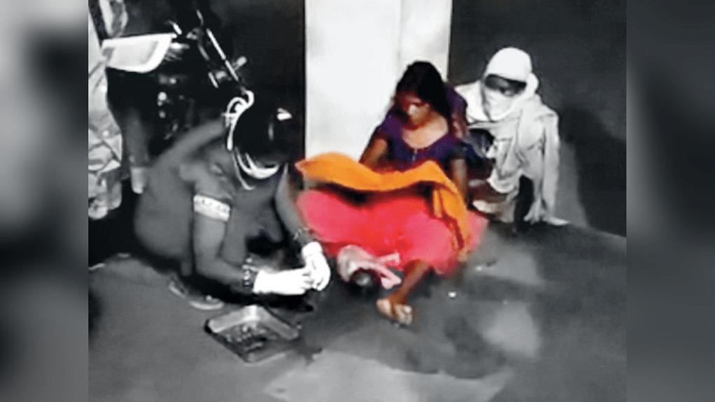 बैतूल: अमानवीयता की हद पार, अस्पताल के गेट पर महिला ने दिया बच्चे काे जन्म