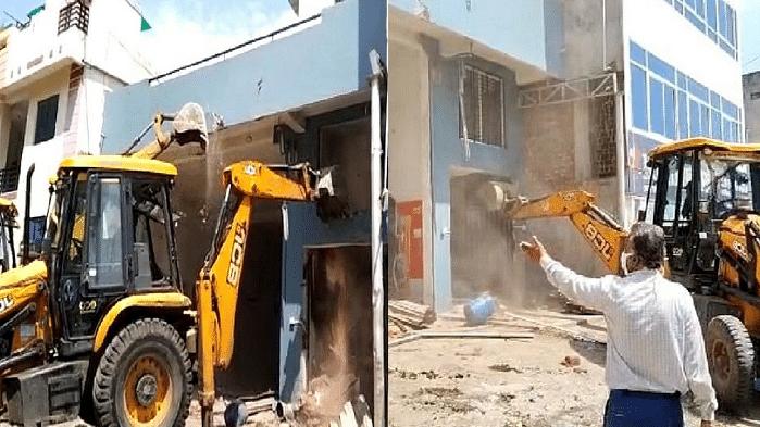 इंदौर : भारी पुलिस बल की मौजूदगी में नगर निगम ने अवैध मकान पर चलाया बुलडोजर