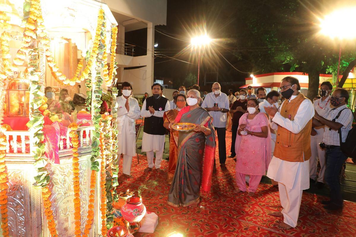 दुर्गा अष्टमी पूजन आरती में शामिल हुईं राज्यपाल