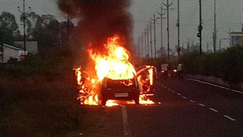 भोपाल में आगजनी की भीषण घटना, स्कूल के पास चलती कार में लगी आग, मचा हड़कंप