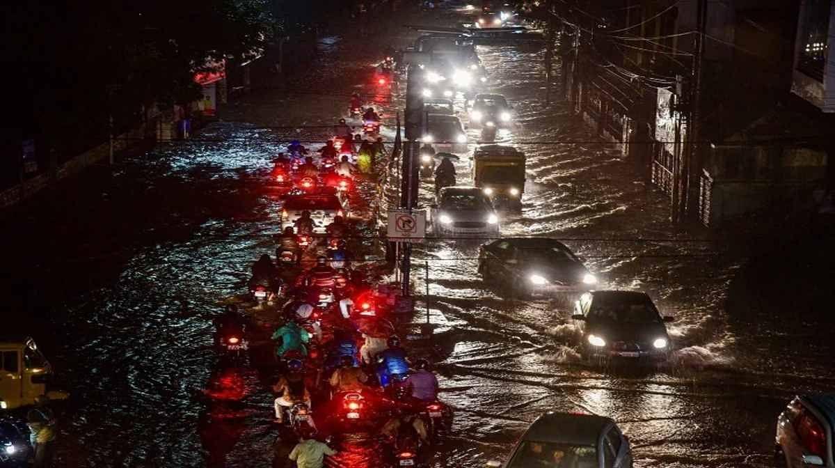 हैदराबाद में बारिश से लबालब भरी हुयी बालापुर झील का बांध टूटा,जन-जीवन बेहाल