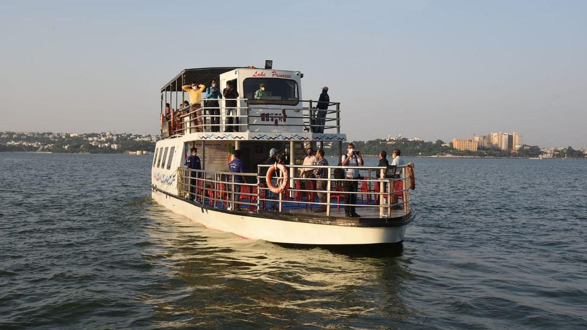 भोपाल की बड़ी झील लहरों पर फिर दौड़ा क्रूज, पर्यटकों के चेहरे खुशी से खिले