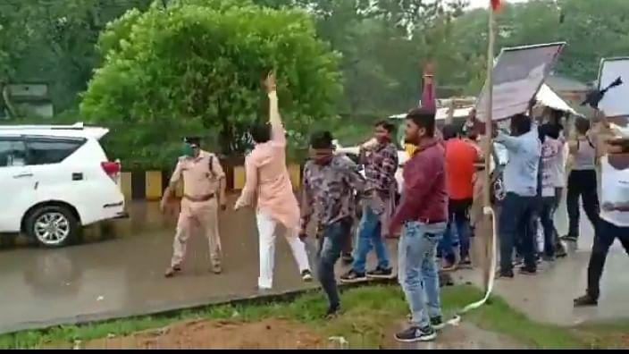 अनूपपुर: पूर्व CM नाथ के काफिले पर युवा मोर्चा कार्यकर्ताओं ने किया पथराव