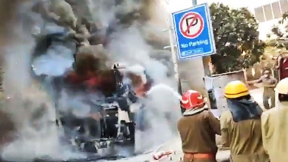 दिल्ली में DTC की एसी बस में भभकी भयंकर आग से मची अफरा-तफरी