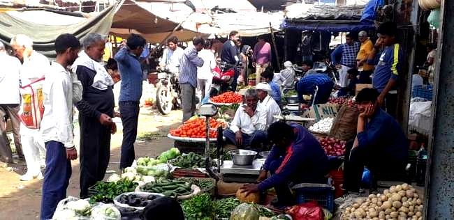 रिटेल मार्केट में लहसुन, प्याज और आलू की कीमतें बरपा रहीं कहर