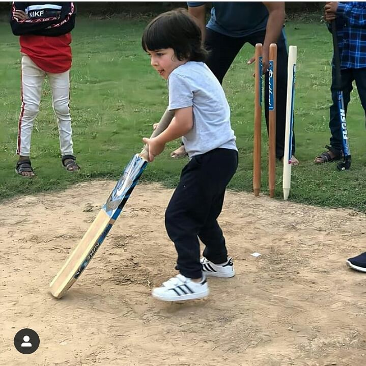 बैट लेकर क्रिकेट के मैदान में तैमूर अली खान