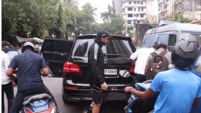 रणवीर सिंह की कार में बाइक सवार ने मारी टक्कर, वायरल हुआ वीडियो