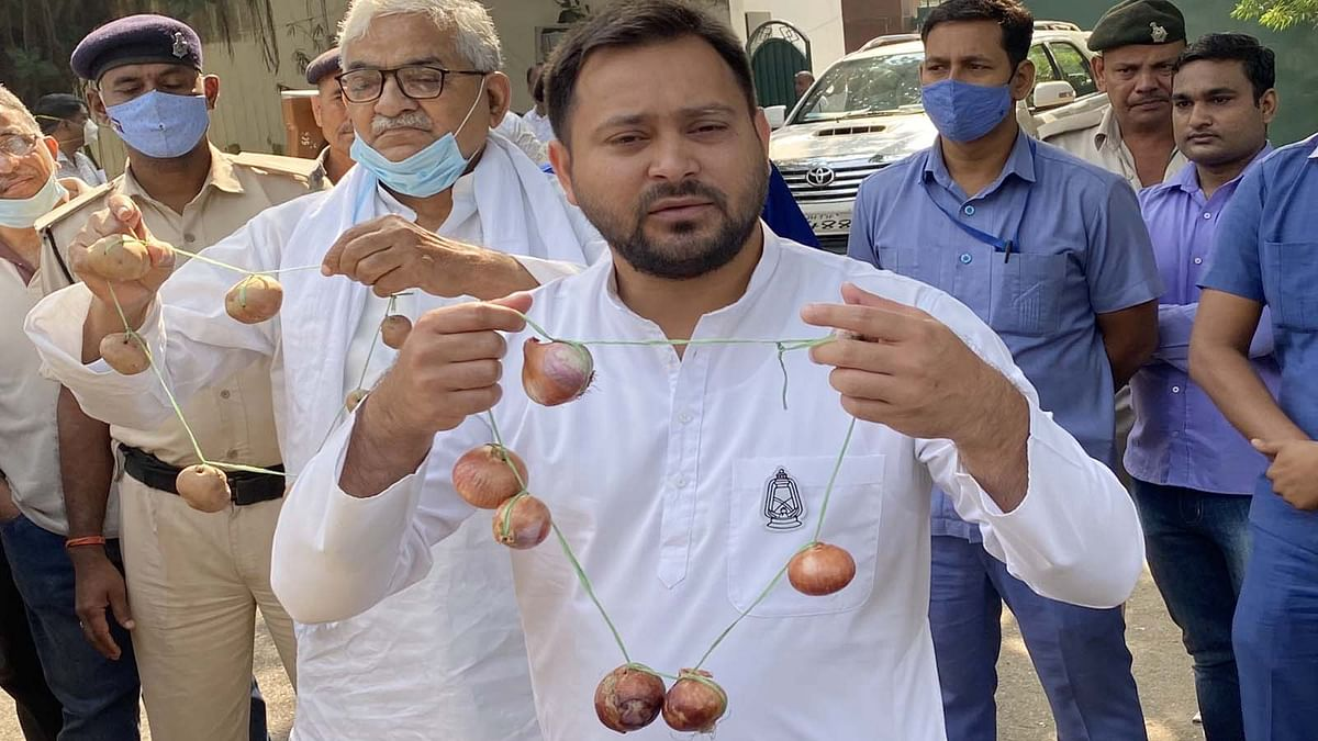 बिहार: प्याज की माला लेकर प्रचार में उतरे RJD नेता तेजस्वी का BJP पर हमला