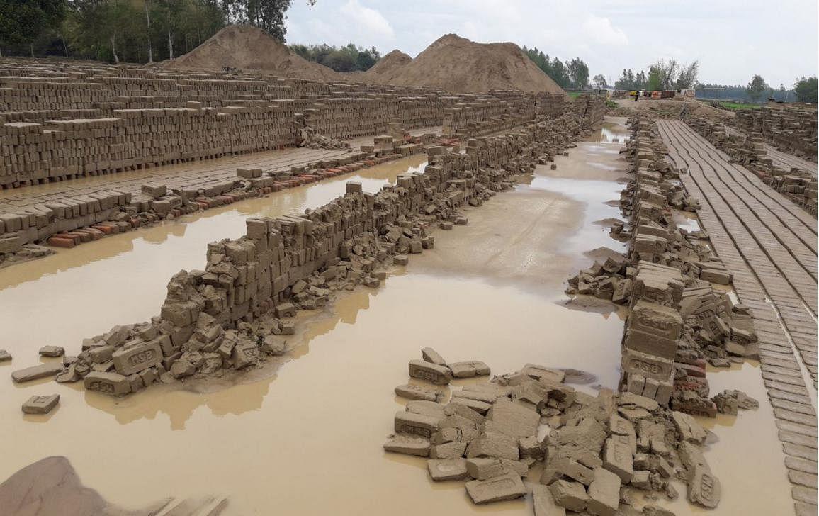 नागदा जं.: आफत की बारिश बनकर गिरा पानी, ईट भट्टा संचालकों को आर्थिक नुकसानी