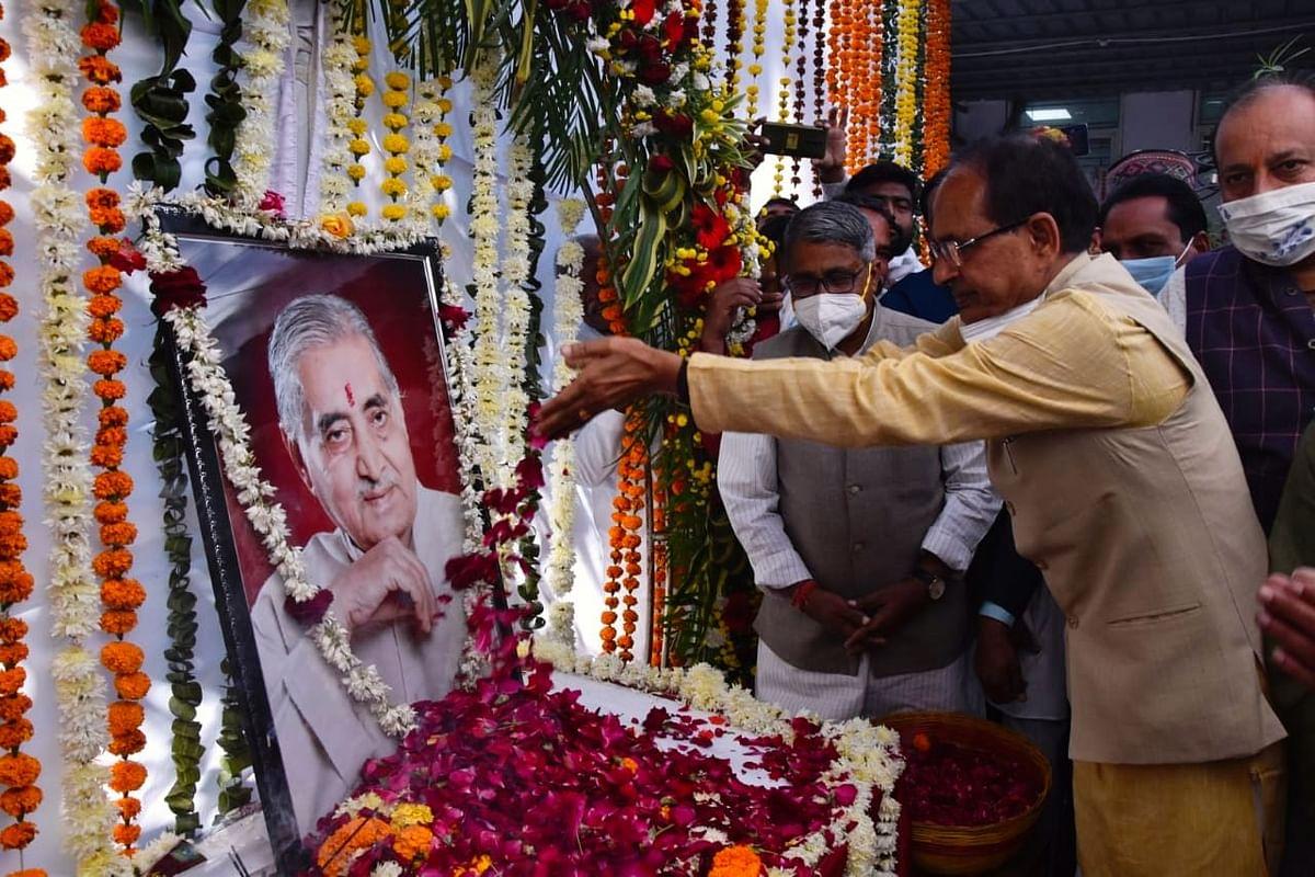 CM ने पूर्व मुख्यमंत्री कैलाश जोशी की पुण्यतिथि पर पुष्प अर्पित कर किया नमन