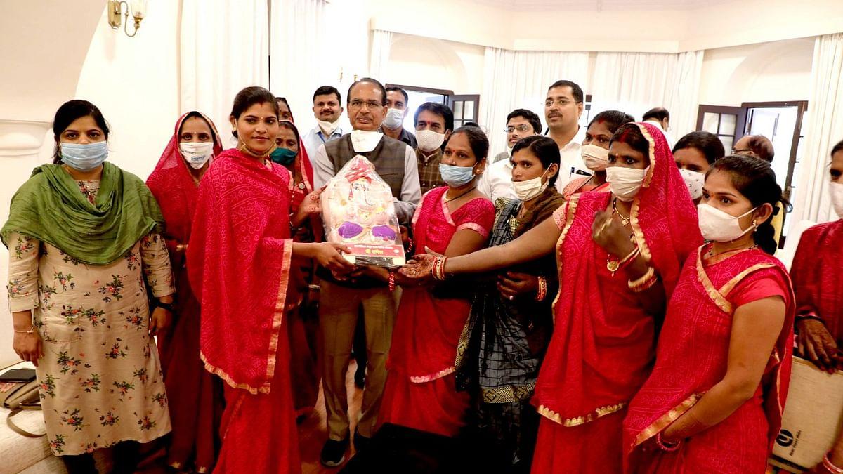 आत्मनिर्भर MP: स्व-सहायता समूहों की महिलाओं ने CM को भेंट किया गिफ्ट पैक