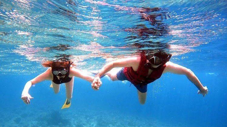 काजल अग्रवाल समंदर में पति गौतम संग तैरती आईं नजर, वायरल हुईं तस्वीरें