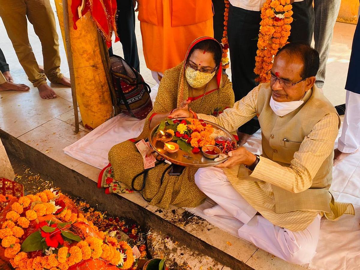 गृहगांव जैत में भाईदूज के अवसर पर सीएम ने खेड़ापति हनुमान मंदिर में की पूजा