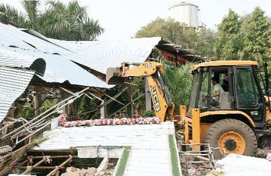 ग्वालियर : बालाजी मैरिज गार्डन का टीन शेड तोड़ा, नगर निगम की कार्यवाही