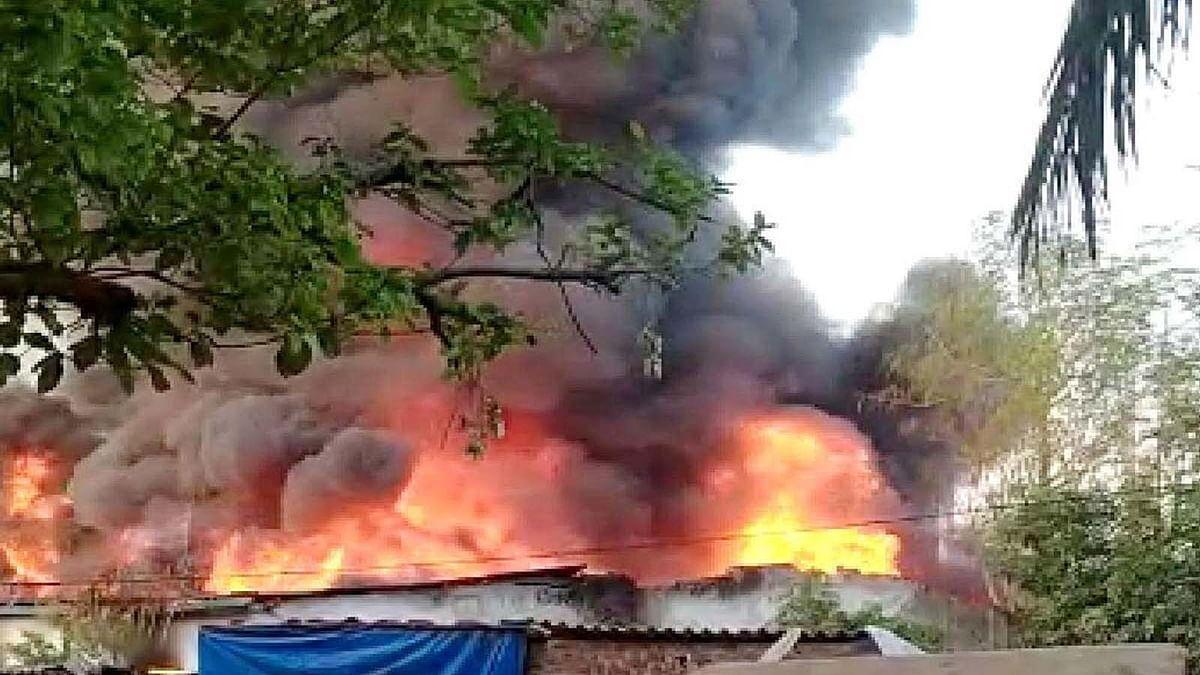महाराष्ट्र: भिवंडी में पावरलूम यूनिट में भीषण आग की लपटें व धुएं का गुबार