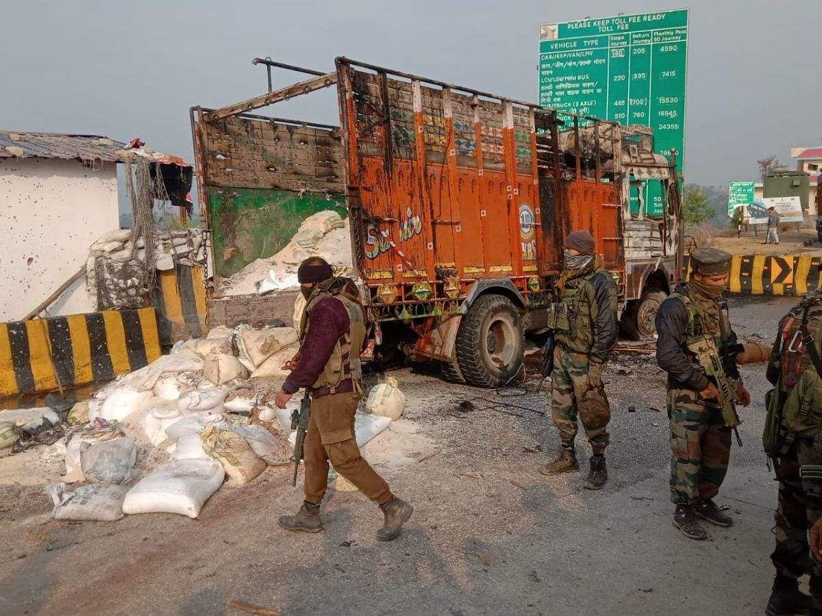 मुठभेड़ की वजह से श्रीनगर-जम्मू राजमार्ग में कई घंटों तक यातायात बाधित