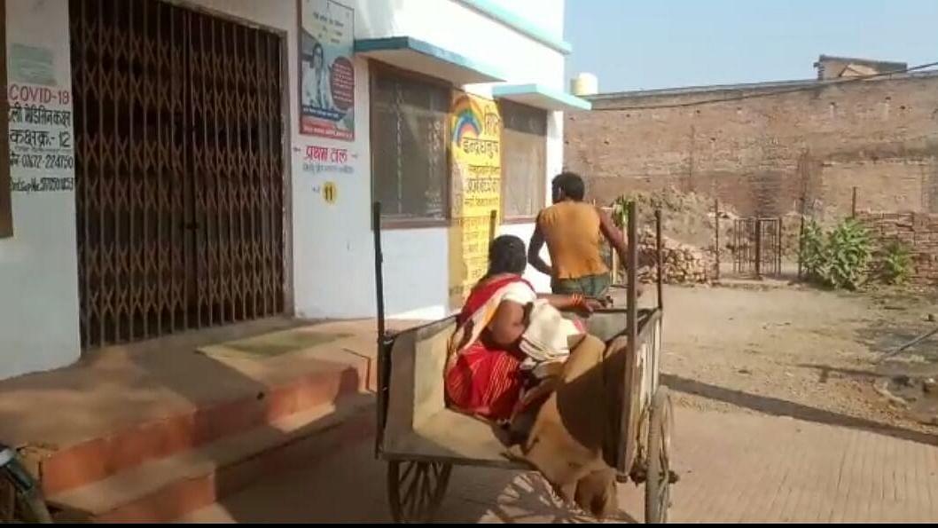 अमानवीयता की एक और तस्वीर, ठेले पर प्रसूता और नवजात को पहुंचाया अस्पताल